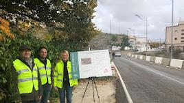 la delegada junto a técnicos en la carretera de Uleila del Campo.