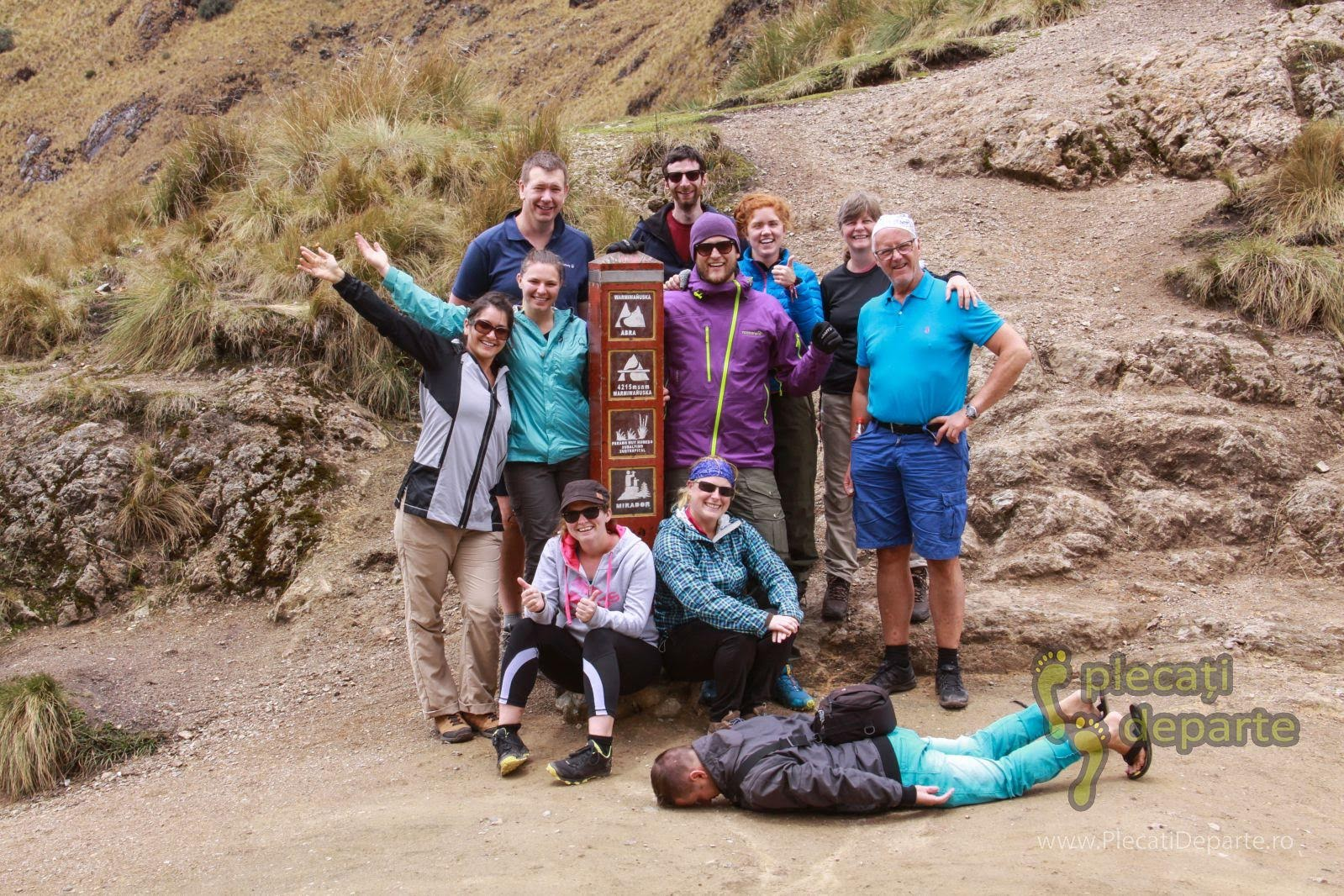 Turisti care se fotografiaza la dead Woman's Pass (pasul Femeii Moarte), pe Inca Trail