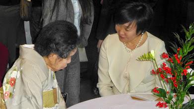 Photo: Pani Akie Abe w rozmowie z Mistrzynią Drogi Herbaty według szkoły Urasenke