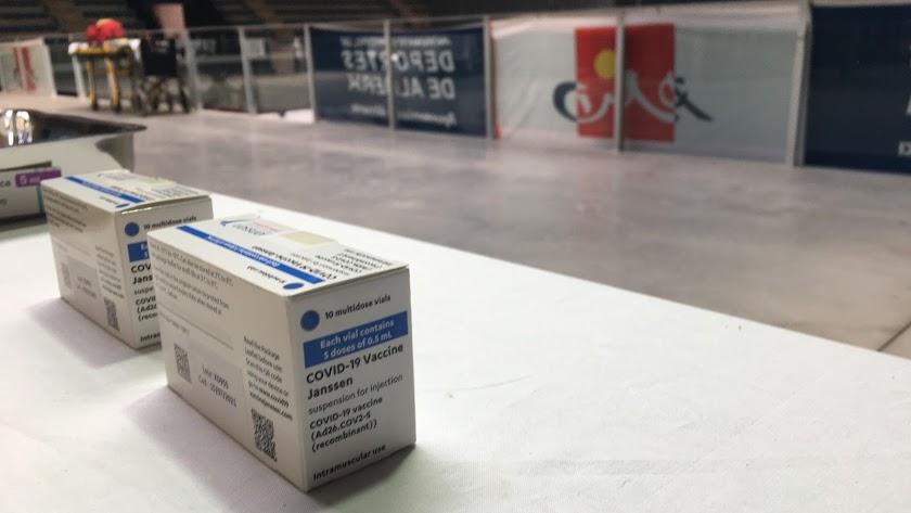 Una caja de viales de Janssen en el Palacio de los Juegos Mediterráneos.