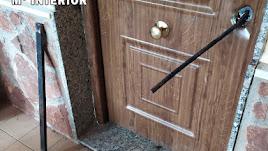 La barra de hierro en el interior de la cerradura, cuyo bombín ya se encontraba en el suelo.