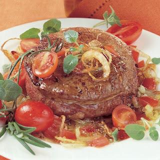 Filetsteak mit Zwiebeln und Weißwein