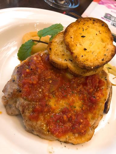 豬排義大利麵🍝 230$附沙拉、湯、飲料 餐點普通、味道稍淡,不過吃的飽便宜 店內氛圍不錯適合聚在一起聊天