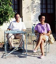 Photo: 30 agosto 1991: seduti davanti alla foresteria del castello di Chennonceaux (Francia