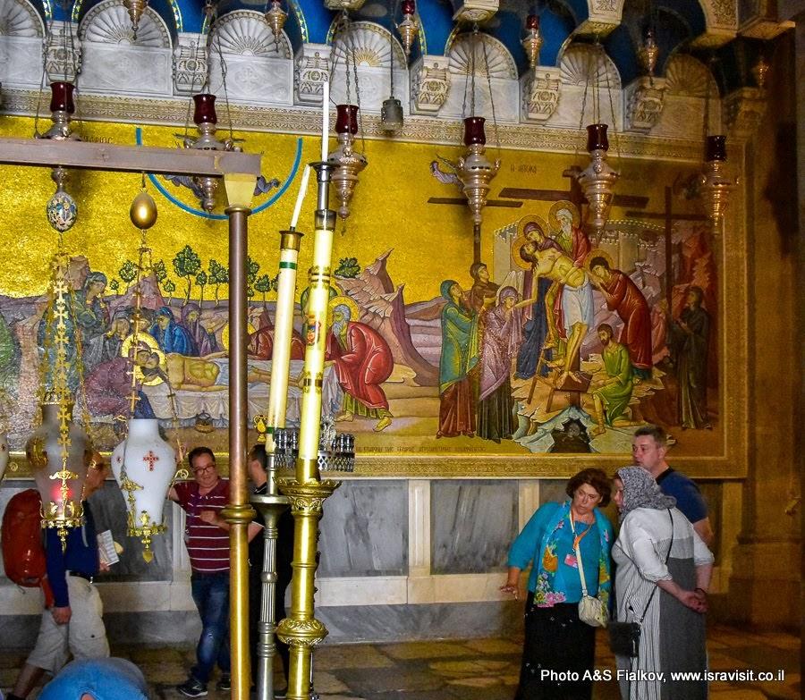 У камня Миропомазания. Храм Гроба Господня. На заднем плане мозаика из монастыря Герасима Иорданского. Индивидуальная экскурсия в Иерусалиме. Гид Светлана Фиалкова.