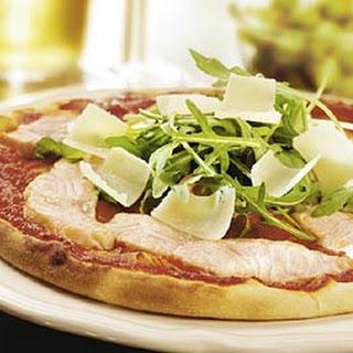 Pizza met zalm, Parmezaanse kaas en knapperige rucola