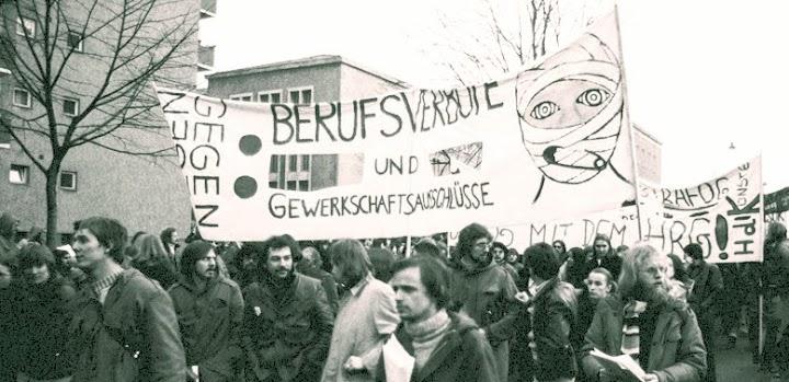 Demonstrierende mit Transparenten «Gegen Berufsverbote und Gewerkschaftsausschlüsse».