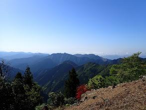 中央が天保尾根、その奥に栃古山