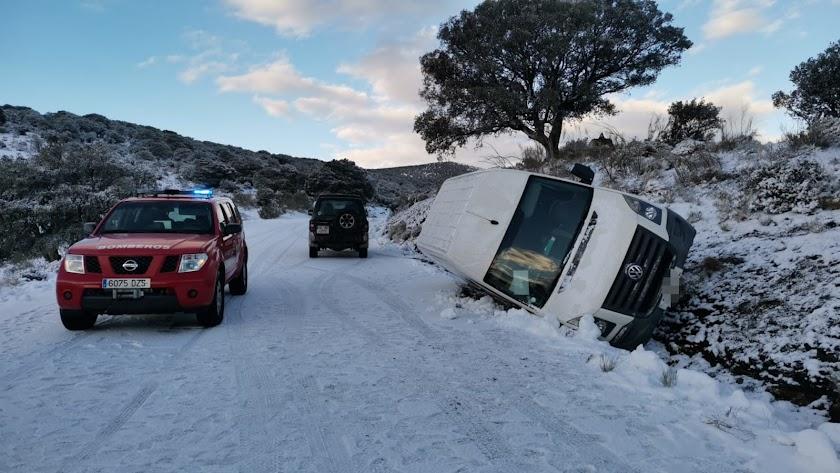 La furgoneta en la que viajaban una madre y su hija, volcada en la carretera.