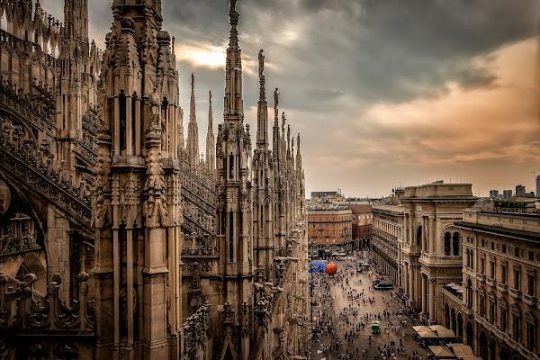 E, ai nostri piedi, la città di Sergio Locatelli