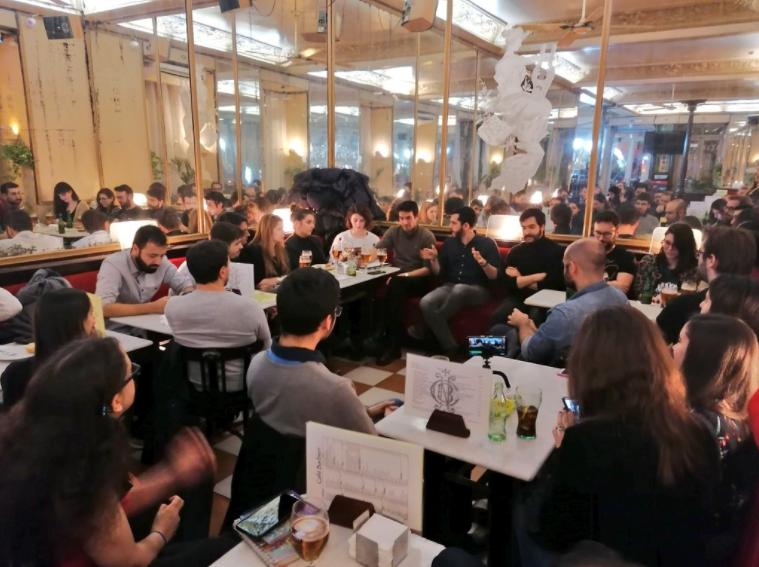 Gente en un bar escuchando Cervecívica sobre El Señor de los Anillos