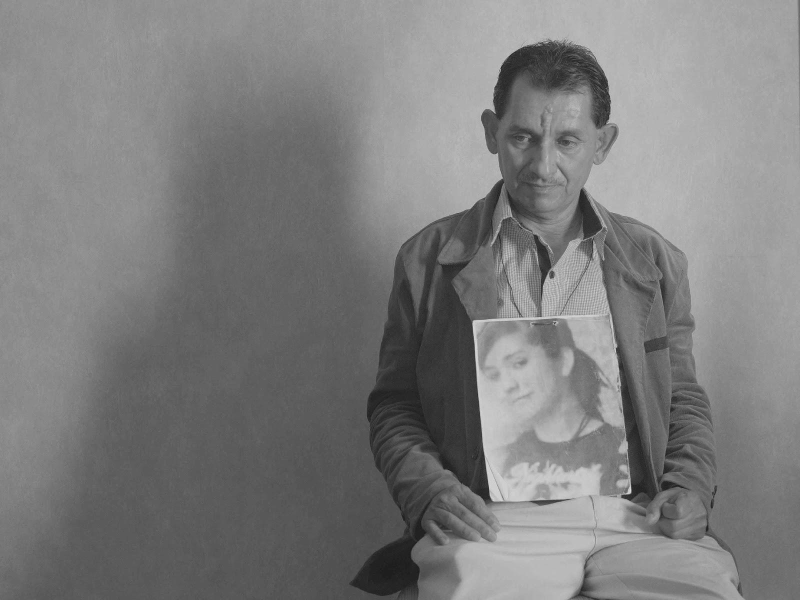 Imagen que contiene persona, pared, hombre, sentado  Descripción generada automáticamente