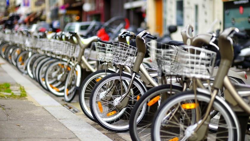 Punto de alquiler de bicis en una ciudad europea.