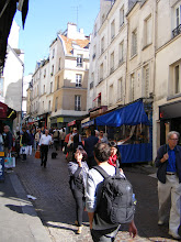 Photo: And La Mouffe is in its usual active weekend mode as I pick up lunch at one of the popular boulangeries.