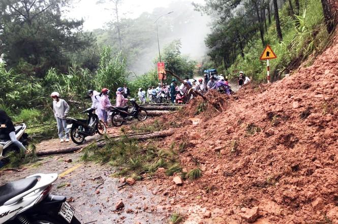 Đà Lạt: Hết ngập lụt lại đến sạt lở, hàng chục du khách phải sơ tán - Ảnh 2