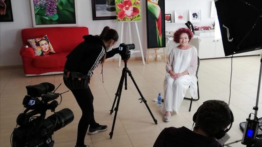 La pintora olulense Odu Carmona en la grabación de un vídeo sobre la escultura de Alcer.