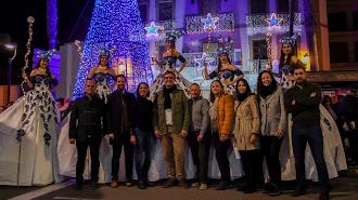 Autoridades políticas durante el encendido del alumbrado especial para la celebración del periodo navideño en Adra.