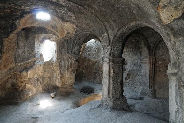 Höhle mit gewölbter Decke und Säulen in Uplistsikhe.