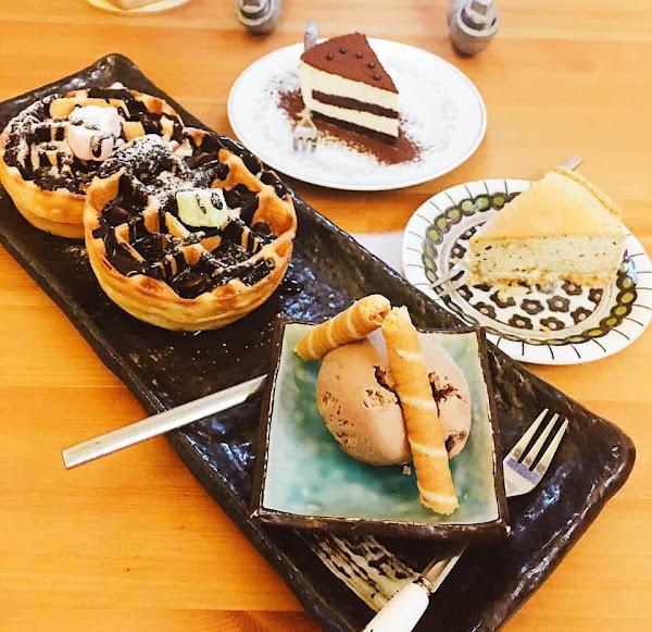 :「省省荷包吃甜甜🍰🍰!」 #亨利蛋糕點心小舖 #巷子裡的異國風情  🧀伯爵紅茶起士蛋糕$40 吃起來輕巧、不膩口,乳酪味點到為止不太超過,紅茶味很香,每一口都吃得到!  🎂提拉