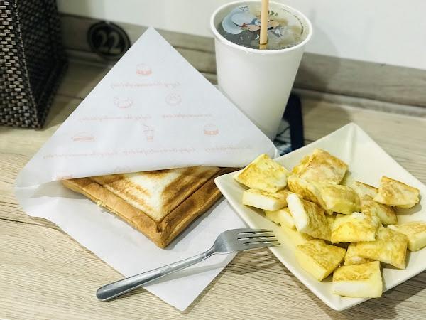 貼心的闆娘,提醒飲料燙口,吐司趁熱才好吃,餐具在烘碗機內自取(😂我吃東西前都先📷,闆娘看我在📷,就幫我拿了🍴)還說希望餐點會讓我喜歡💕。 喜歡吃早餐的我,一早就讓闆娘親切的服務,今天會是愉快