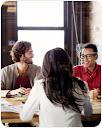 Imagen de personas sentadas a la mesa