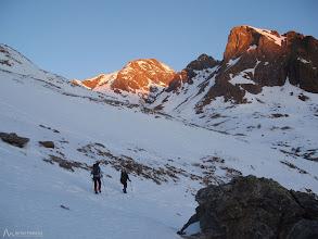 Photo: El sol ya ilumina el Diente de Llardana y la sierra de Llardana. Bajo el Diente, la canal Fonda