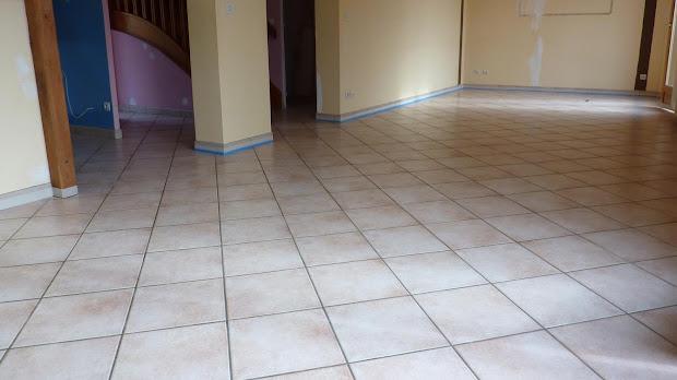 sol-carrele-avant-renovation-en-enduit-beton-cire-renovation-soll-grace-au-beton-cire-revetement-moderne-maison-traditionnelle-les-betons-de-clara-reseau-de-specialistes-du-beton-cire-en-deco