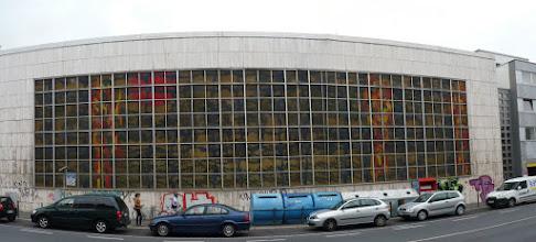 Photo: Das Glasfenster von außen, Panoramabild Von innen siehe http://www.Viktoriabad.De, http://www.joern.de/viktoriabad.pdf. Das Fenster »Geysirlandschaft« wurde von Wilhelm Jungherz (oder Junkers) entworfen. Er war damals künstlerischer Mitarbeiter des Architekturbüros Gottfried Böhm in Köln und ab 1974 künstlerischer Mitarbeiter im bischöflichen Bauamt in Limburg (Mail an mich Fr 11.08.2006 01:24)