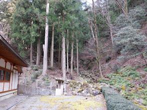 右奥に登山口(奥宮への参道)