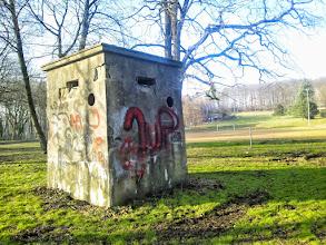 Photo: Der quadratische Beobachtungsposten am Sportplatz. ,Dixi'-Klos sehen irgendwie anders aus.