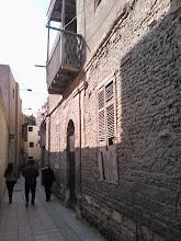 Photo: sigo por el callejón (que da varios giros) y paso por lo que parece una casa de familia