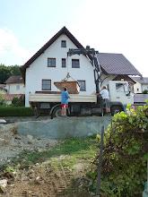 Photo: bis sie vom oberen Garten in die Mulde geladen werden und dann vom Laster hochgezogen und weggefahren werden....