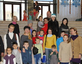 Photo: Директор Благотворительного Фонда Сердце Мира Янина Шевченко и дети с родителями в Национальном Дворце Украина