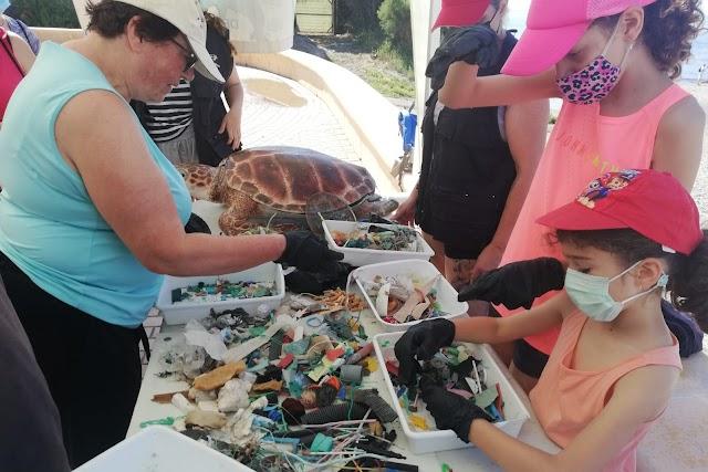 Voluntarios clasificando los residuos.