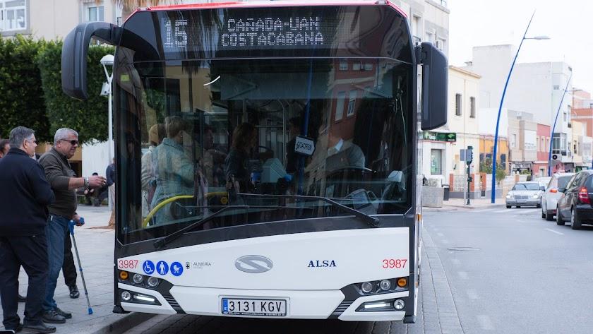 Autobús de la línea 15 en su primer día de funcionamiento