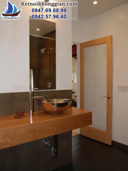 thiết kế phòng tắm với cửa có một tấm kính lớn