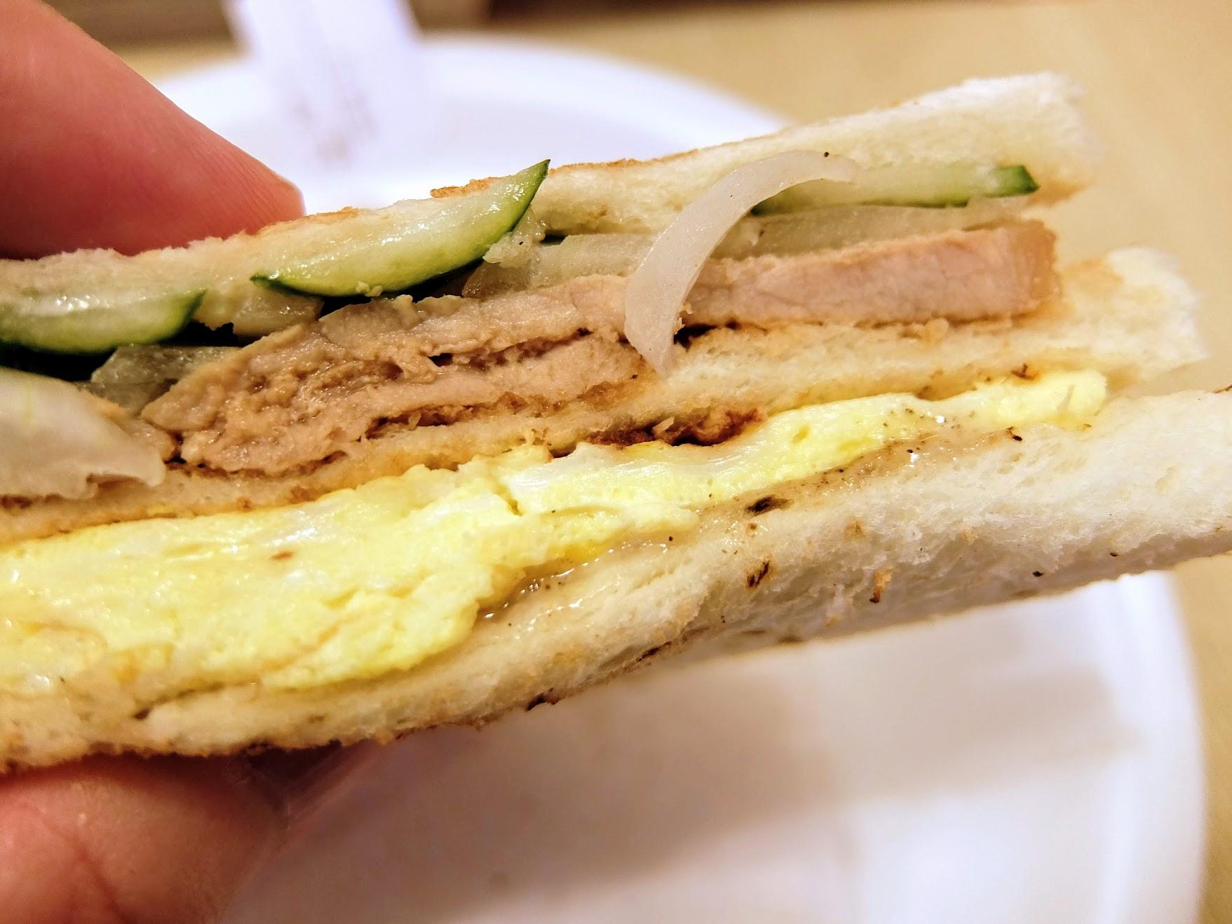 炭烤三明治,外層麵包稍微烤過,裡頭的料恰好,其實這樣吃一餐還蠻不錯的