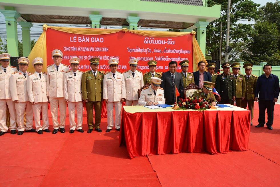 Đồng chí Đại tá Nguyễn Hữu Cầu và đồng chí Bun Lột Khăm Pheng Phăn đã cùng ký biên bản bàn giao công trình