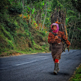 strong woman by Ayah Adit Qunyit - People Street & Candids