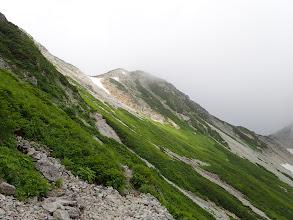 手前の岩稜帯は右からトラバース