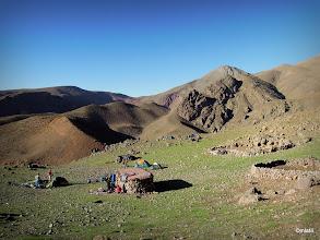 Photo: Tady už to na bivak prošlo. Až na ty mršiny ovcí. Dnešní účet cca 20km, nástup ve 3000m, vrchol ve 4100m a pak sestup do cca 2700m. Zítra asi bude volnější den (teda dneska, foceno ráno)