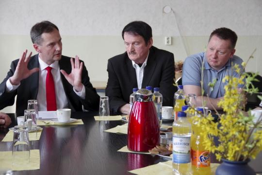 V.l. Thorsten Weßels (Sparkasse), Burkhard Fleischmann (Bürgermeister, Gartz), Frank Gotzmann (Gartzer Hauptverwaltungsbeamter). Fotostrecke öffnet mit einem