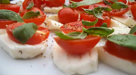 Una cena ligera y sana: tomate con queso fresco y pimienta