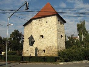 """Photo: Monument ridicat in cinstea memoriei lui Baba Novac -  Inscriptia de pe monument: """"Baba Novac - Capitan a lui Mihai Viteazul, ucis in chinuri groasnice de catre unguri in data de 5 februarie 1601. S-a ridicat acest monument spre cinstirea memoriei sale in anul 1975.""""  Este operă a sculptorului Virgil Fulicea   Bastionul Croitorilor, este unul din  turnurile de fortificație care au făcut parte din Vechea Cetate a Clujului. Bastionul reprezintă colțul de Sud-Est al cetății medievale ridicate începând cu secolul al XV-lea si intretinut de breasla croitorilor. După bătălia de la Mirăslău, Baba Novac și preotul Saski au fost prinși, torturați și executați în cetatea Clujului de către nobilii transilvăneni. În apropierea bastionului a fost expus, în 1601, trupul tras în țeapă al lui Baba Novac, general al lui Mihai Viteazul. (extras din Wikipedia)  -   - (2011.10.20)"""