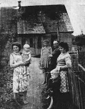 Photo: Kairėje stovi Domicėlė Razmienė su dukra Vida ant rankų, dešinėje –  Jadvyga Razmaitė, tėvas Alfonsas Razma ir Danutė Latakienė su sūnum.