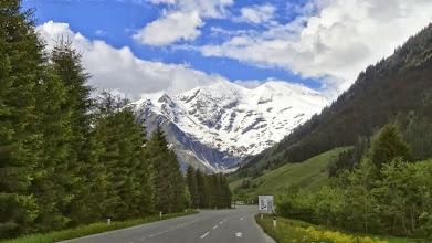 """Photo: Das Glocknergebiet liegt im österreichischen Nationalpark """"Hohe Tauern"""" . Der Großglockner selbst ist mit 3798 m der höchste Berg Österreichs."""
