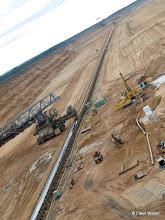 Photo: km lange Förderbänder führen zur Eisenbahn.