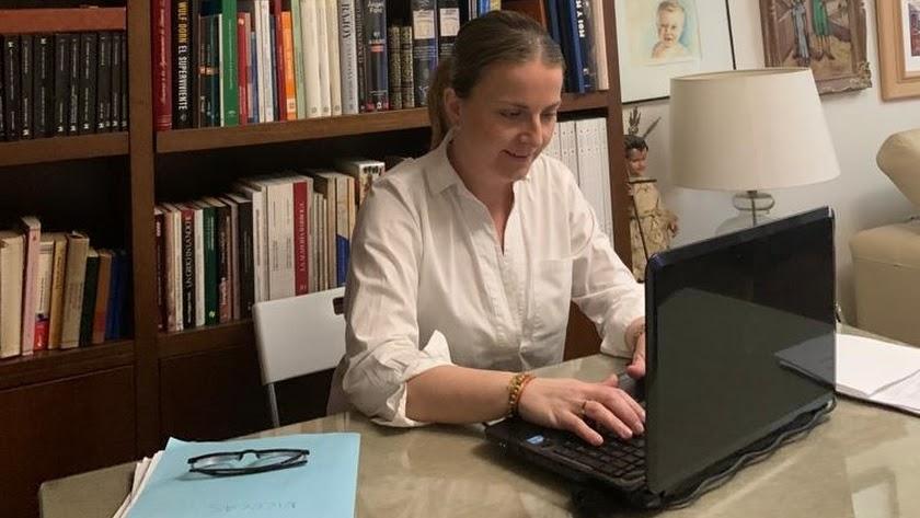 María Luisa Cruz trabajando desde el despacho de casa.
