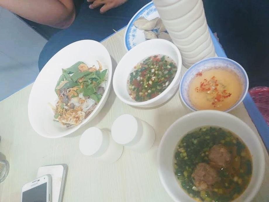 Bánh căn cô Quỳnh tọa lạc ở 58/8 đường Đồng Nai Quận 10, mở cửa từ 16h.