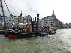 Photo: De Jan de Sterke maakt zich klaar om de heibok aan te koppelen. Foto: H. Landman